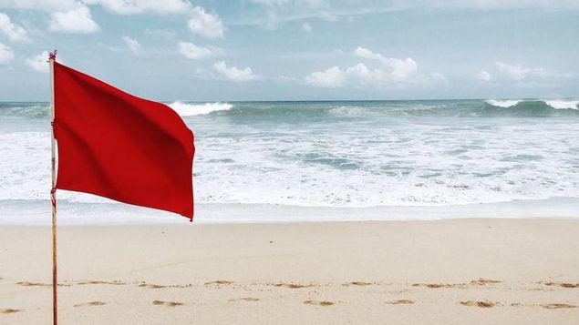 Multa-bandera-roja-playa-abogados